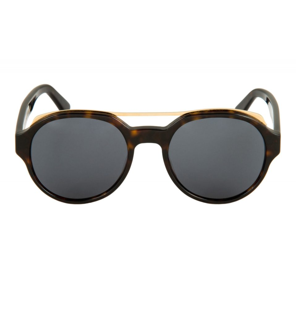 Gafas de sol efecto carey oscuro con puente en dorado (340 €), de Marcos Melis para Eligo Italia.